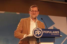 Rajoy deja entrever en Palma que subirá al 75% el descuento aéreo