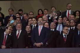La afición del Barcelona pita y la del Sevilla aplaude durante un himno de 50 segundos en la final de Copa del Rey