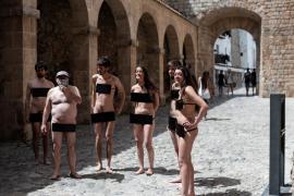 Un grupo de artistas se desnuda por la libertad de expresión en el Portal de ses Taules