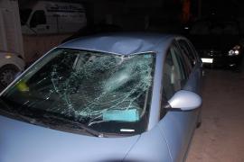 Un hombre cae sobre un coche al saltar desde un primer piso en Puig d'en Valls