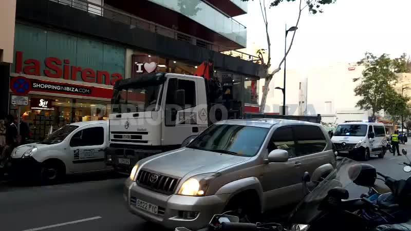 Una joven herida al colisionar un camión con coches aparcados en Ignasi Wallis
