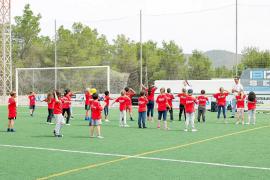 Deporte, circo y baile divertido y no competitivo para los niños de Sant Joan