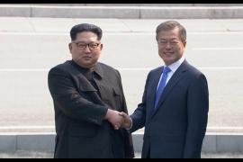 Kim y Moon se estrechan la mano en la Zona Desmilitarizada de cara al comienzo de la cumbre intercoreana