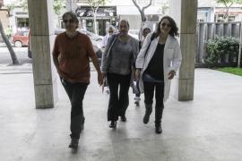 Trabajadores de Cas Serres asisten al pleno del Consell d'Eivissa