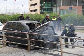Un coche sale ardiendo poco después de ser aparcado en Vila