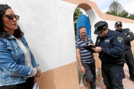 El propietario del chalé patera de Sant Antoni impide el precinto de la vivienda y exige una orden judicial