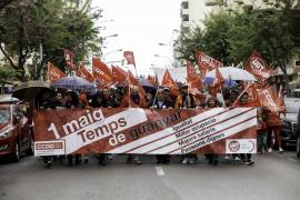 350 personas sin miedo a 'mojarse' en la marcha sindical del 1º de Mayo