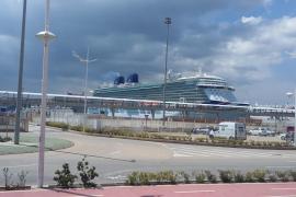 El 'Britannia', el crucero más grande del Reino Unido, hizo escala ayer en el puerto de Ibiza