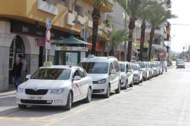 Taxistas de Ibiza censuran «poca planificación» de administraciones ante la entrada en vigor de licencias estacionales