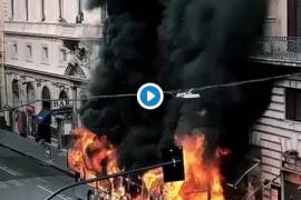 Caos por el incendio de un autobús en el centro de Roma