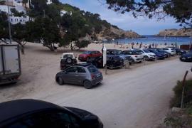 Una decena de vehículos estacionados en el interior de Cala Vedella
