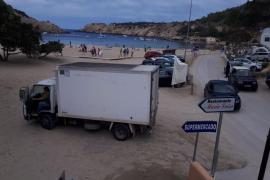 Decenas de vehículos estacionados en el interior de Cala Vedella