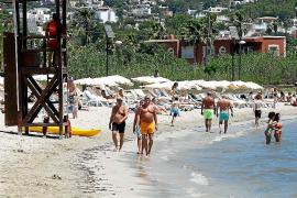 Las banderas azules ondearán este verano en siete playas y tres puertos de Ibiza