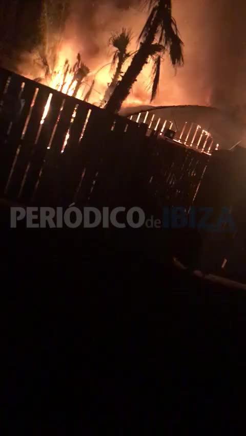 Un incendio arrasa un hangar de un vivero de Jesús