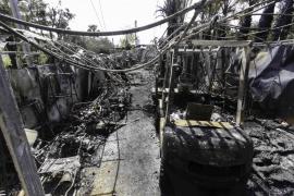 Un aparatoso incendio devora 200 m² y afecta a varios vehículos de unos viveros en Jesús