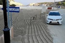 Sant Josep coloca grandes piedras para evitar que se aparque en la arena de Cala Vedella