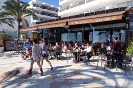 Los turistas en las Pitiusas gastan de media 317 euros menos que en Mallorca