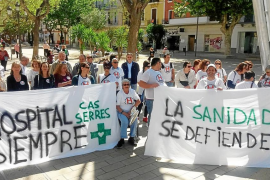 Acción informativa de los trabajadores de Cas Serres en Vara de Rey con muchos políticos