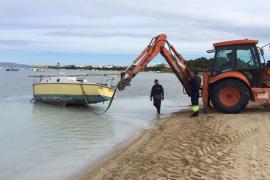 Costas y el Consell obligan al dueño de una barca abandonada a retirarla