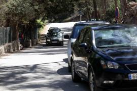 Vehículos mal estacionados en los primeros días de control en el acceso a Cala Salada