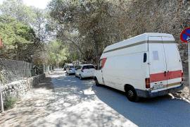 Varios vehículos aparcan en zona prohibida en Cala Salada a pesar de haber controladores en el acceso