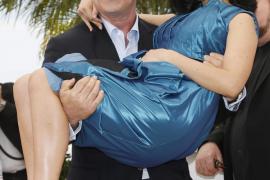 El actor estadounidense Alec Baldwin (i) posa con su mujer Hilaria Thomas