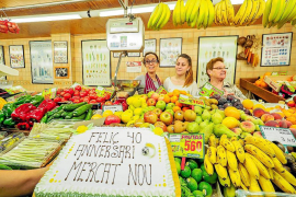 El 'Mercat Nou' celebra sus cuarenta años entre la incertidumbre de los tenderos