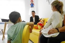 Barruguet saca una sonrisa a los niños de Pediatría de Can Misses