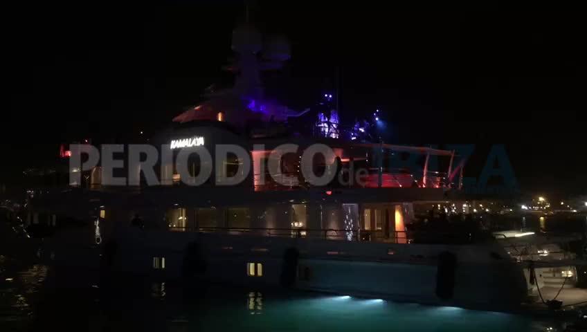 Espectacular fiesta en un yate atracado en el puerto de Ibiza