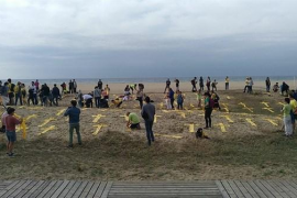 Los CDR colocan cruces amarillas de tela en la playa de Mataró (Barcelona)