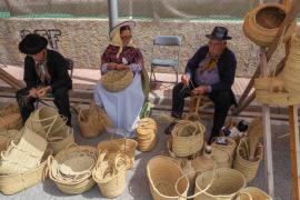 Puig d'en Valls disfruta su diada con artesanía y clásicos sobre ruedas