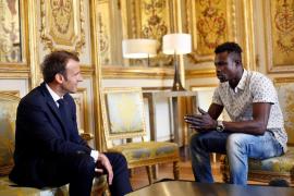 Macron concede la nacionalidad francesa al maliense que salvó a un niño colgado de un edificio en París