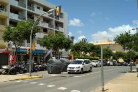 Un camión arranca un semáforo y se da a la fuga en Ibiza
