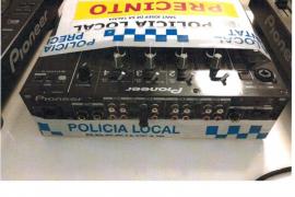 La Policía Local de Sant Josep precinta un equipo de sonido de un bar de Cala de Bou