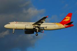 Un avión de Capital Airlines da media vuelta después de detectar varias grietas en una ventana