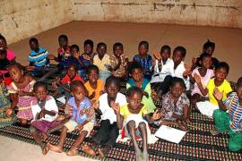 Se busca material escolar para Gambia