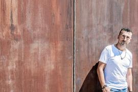 Chris Martos: «Nunca pensé cumplir 20 años con 'El código' porque no me gusta hacer planes a largo plazo»