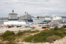En torno a 10.000 personas desembarcan de cuatro cruceros en el puerto de Ibiza