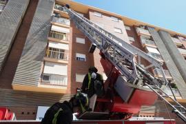 Bomberos auxilian a una mujer invidente que se había quedado encerrada en su casa de Ibiza