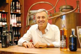 Fernando Ferrer: «Fuimos los pioneros en vender las botellas de hierbas con las ramas secas dentro»