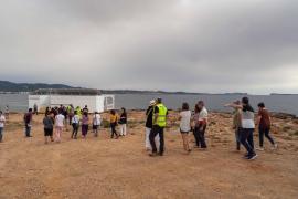 Una treintena de personas protestan contra el chiringuito de Cala Gració