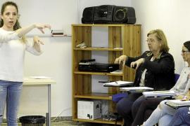 Educació forma una cantera de docentes para alumnos con problemas de audición