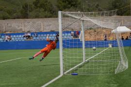 Las mejores imágenes del partido y la celebración del CD Ibiza tras lograr el ascenso a Tercera (Fotos: Mohamed Chendri).