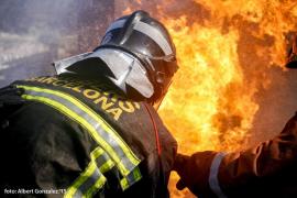 Una mujer muerta y diez intoxicados en un incendio en Barcelona