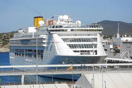El crucero 'Costa Victoria' alarga su estancia en Ibiza