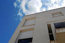 Banco Sabadell se compromete con el Consell a ofrecer una solución a los vecinos de Cala de Bou