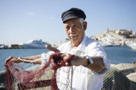Con 90 años de edad, 'Rompescotas' es una de las personas que mejor conoce la evolución de la pesca en la isla. Empezó a pescar