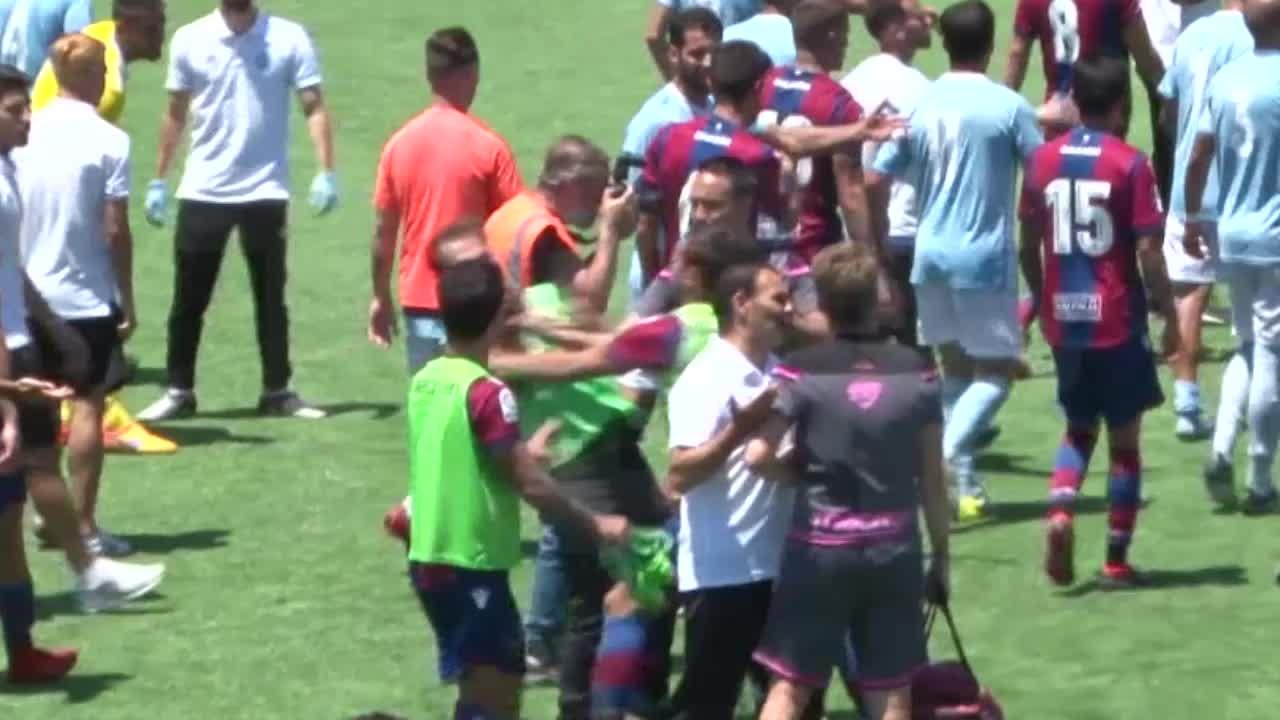 Un jugador del Atlético Levante agrede al cámara Javi Riera