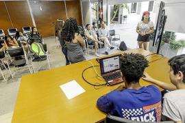 Alumnos del IES Sa Blanca Dona presentan su guía turística en el Consell