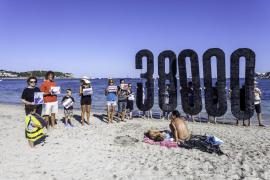 Performance en las playas de Ibiza por el Día Mundial de los refugiados